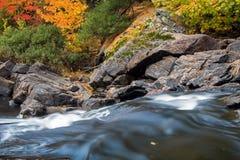 Couleurs de chute et eau brouillée sur la rivière de Muskoka photographie stock libre de droits