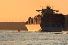 Couleurs de coucher du soleil de navire porte-conteneurs Photos stock