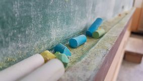 Couleurs de craies pour la classe d'école sale verte en bois de table Images libres de droits