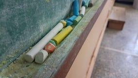Couleurs de craies pour la classe d'école sale verte en bois de table Photographie stock libre de droits