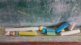 Couleurs de craies pour la classe d'école sale verte en bois de table Photo stock
