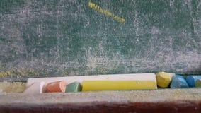 Couleurs de craies pour la classe d'école sale verte en bois de table Photos libres de droits