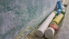 Couleurs de craies pour la classe d'école sale verte en bois de table Photos stock