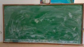 Couleurs de craies pour la classe d'école sale verte en bois de table Photographie stock