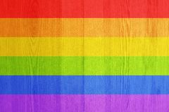 Couleurs de drapeau de LGBT au-dessus de fond texturisé en bois image libre de droits