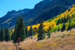 Couleurs de feuillage d'automne du Colorado de randonneur de randonneur photographie stock