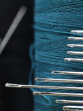 Couleurs de fil de couture belles avec un bon nombre d'aiguilles Photos libres de droits
