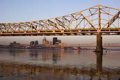 Couleurs de lever de soleil sur la passerelle à Louisville Photos stock