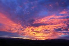 Couleurs de lever de soleil dans les collines de chianti au sud de Florence en Toscane photographie stock