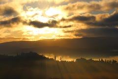 Couleurs de lever de soleil dans les collines de chianti au sud de Florence en Toscane photo libre de droits