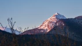 Couleurs de lumière du soleil de matin dans la crête de montagne au lever de soleil Tir de chariot de laps de temps banque de vidéos