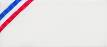 Couleurs de ruban des Etats-Unis d'Amérique sur le tissu texturisé blanc Image stock