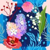 Couleurs de source Écharpe en soie avec les pavots et les jacinthes de floraison Images libres de droits
