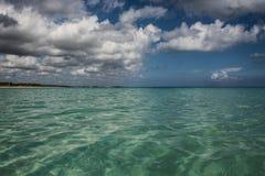 Couleurs des Cara?bes : plage publique, mer bleue intense et ciel : paradis tropical image libre de droits