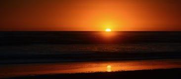 Couleurs dramatiques de coucher du soleil ; beau coucher du soleil sur une plage Réflexion de Sun dans l'eau images stock