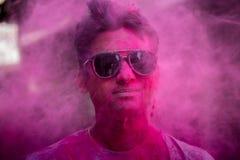 Couleurs du ` s de Holi sur le visage du ` s de l'homme photos stock