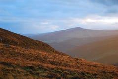 Couleurs fabuleuses de coucher du soleil de montagne photos libres de droits