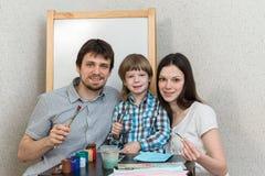 Couleurs heureuses de peinture de famille à la maison Photographie stock