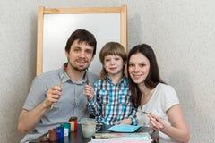 Couleurs heureuses de peinture de famille à la maison Photos libres de droits