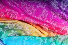 Couleurs indiennes d'arc-en-ciel d'écharpe avec des brosses sur un fond blanc Photographie stock