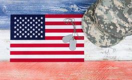 Couleurs nationales des Etats-Unis avec le drapeau et le chapeau militaire plus des étiquettes d'identification sur W Images libres de droits