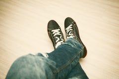 Couleurs noires et blanches et jeans de Keds Image libre de droits