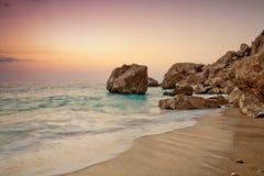 Couleurs réglées de Sun sur la plage de Kathisma Image libre de droits