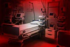 Couleurs rouges dramatiques soins intensifs de chambre de secours d'hôpital de crainte et d'inquiétude équipement moderne, concep photos stock