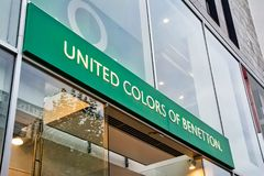 Couleurs unies de journée de Stuttgart Koenigsstrasse de signe de Benetton image libre de droits