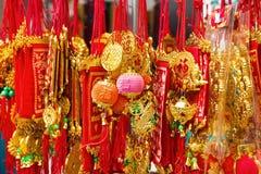 Couleurs vietnamiennes de rouge et d'or de décorations de nouvelle année sur une rue Image stock