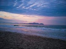 Couleurs violettes et roses de lever de soleil sur la plage photo stock