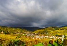 Couleurs vives des vignobles d'automne dans Andlau, Alsace Photographie stock libre de droits