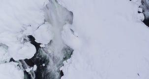 Coulez circuler sur le secteur neigeux pendant l'hiver 4k clips vidéos