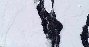 Coulez circuler sur le secteur neigeux pendant l'hiver 4k banque de vidéos