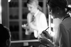 Coulisse - maak omhoog zitting met twee meisjes royalty-vrije stock afbeeldingen