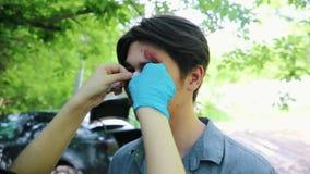 Coulisse van het toepassen van make-up voor zombieapocalyps het schieten Een gebroken neus stock video