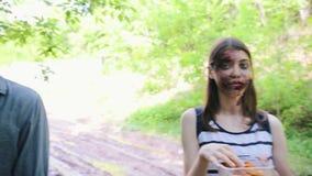 Coulisse van zombieapocalyps het schieten Zombieën gebraden gerechten eten en een make-upkunstenaar die make-up aanvragen de over stock footage