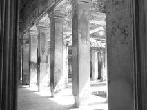 Couloir à l'intérieur de l'Angkor Vat Photographie stock libre de droits