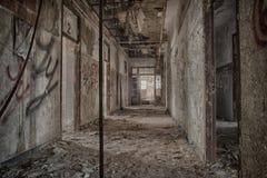 Couloir abandonné au centre psychiatrique Images libres de droits