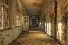 Couloir abandonné d'hôpital avec le lit Photos stock