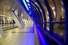 Couloir avec de grands hublots et afficher-hublots marchands Images libres de droits