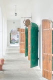 Couloir avec des portes de voûtes, de fer et en bois photographie stock libre de droits
