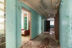 Couloir avec des portes ouvertes dans un bâtiment abandonné Photo stock