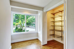 Couloir avec le plancher en bois dur et les portes ouvertes dans la penderie image libre de droits