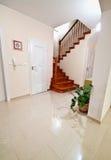 Couloir avec les escaliers en bois aux planchers supérieurs Photo stock