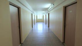Couloir avec les murs jaunes banque de vidéos