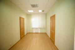 Couloir avec les portes en bois Image libre de droits
