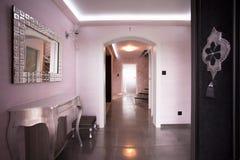 Couloir beige dans la résidence de luxe photos stock