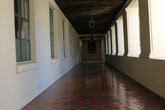 Couloir blanc avec les lumières accrochantes Photos stock