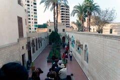 Couloir carrelé à l'entrée d'une petite église copte avec un porche en bois de colonne dans le quart chrétien du Caire images stock